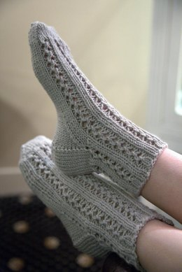 Lace Bed Socks in Plymouth Yarn Arequipa Worsted - F651 - Downloadable PDF