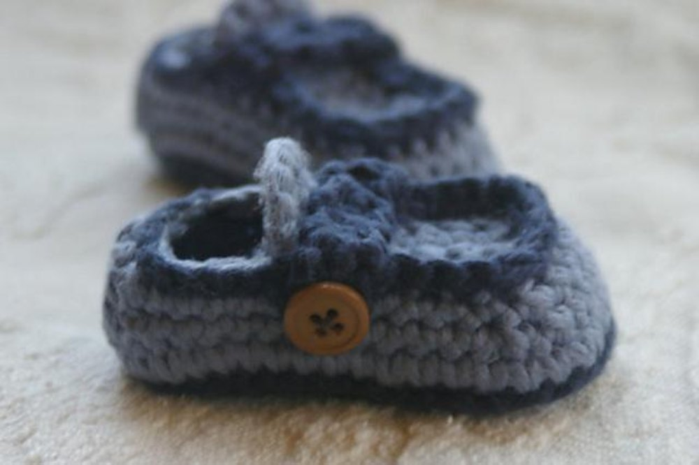 Baby Button Loafers Crochet pattern by Two Girls Patterns Knitting Patterns...