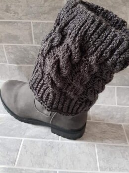 Cosy leg warmers with cable detail