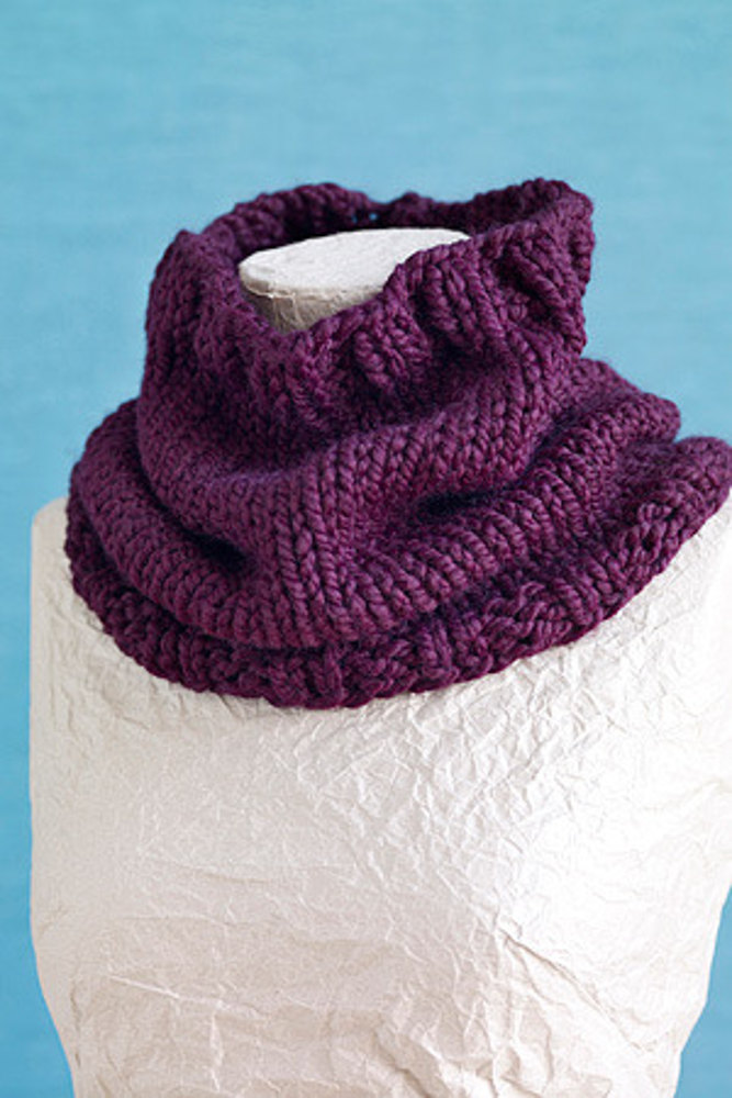 Basic Cowl In Lion Brand Wool Ease Thick Quick L0412ad
