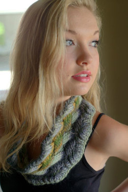 Lattice Cable Cowl in Plymouth Gina Chunky - F565