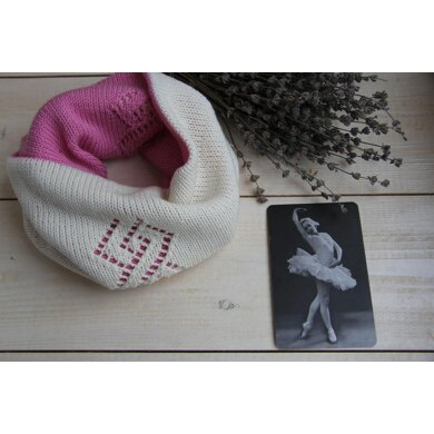 Reversible cowl with lace