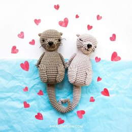 Amigurumi otters in love