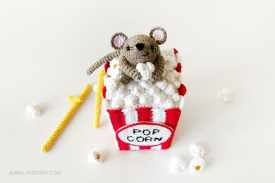 Steno the amigurumi mouse and the popcorn box