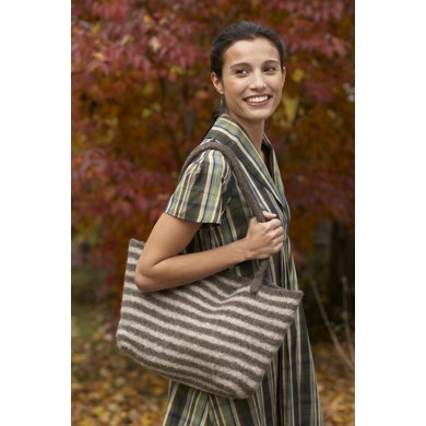 Windy City Tote in Lion Brand Fishermen's Wool - 80890AD