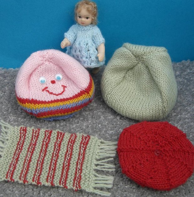 HMC40 Bean bags and cushions for the dolls house Knitting pattern by Helen Co...