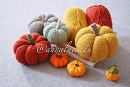 Knitting pumpkin in 3 different sizes