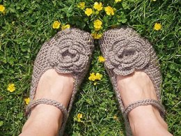 Crochet slippers with 4-layers flower