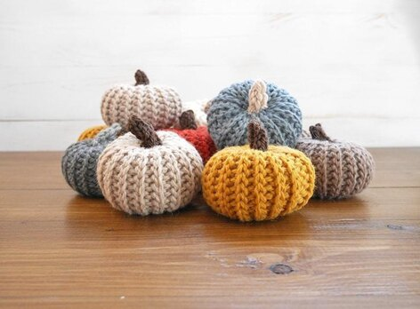 Adorable crochet pumpkins that look knit